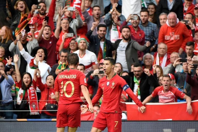 Cristiano Ronaldo (d), félicité par Bernardo, vient de marquer contre la Suisse en demi-finale de la Ligue des Nations, le 5 juin 2019 à Porto