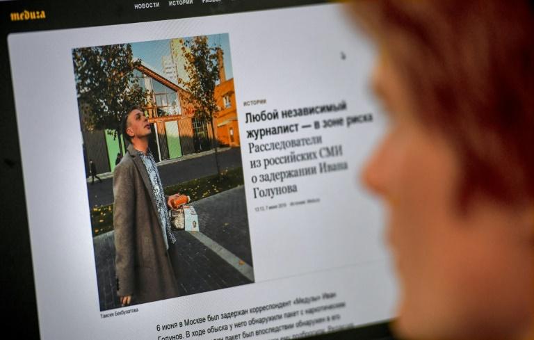 Une homme regarde la photo du journaliste Ivan Golounov sur l'écran d'un ordinateur à Moscou, le 7 juin 2019
