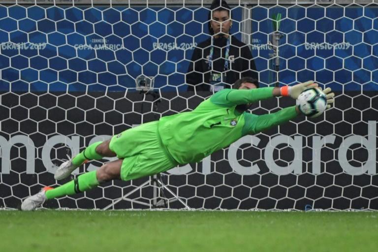 Le gardien du Brésil, Alisson, arrête le tir du Paraguayen Gustavo Gomez lors de la séance de tirs au but du quart de finale de la Copa America, à Porto Alegre, le 27 juin 2019