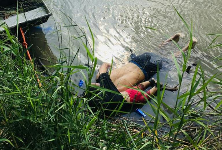 Les corps de Oscar Martinez Ramirez, et de sa fille, morts noyés en tentant de traverser le Rio Grande (ou Rio Bravo) à Matamoros au Mexique, le 24 juin 2019