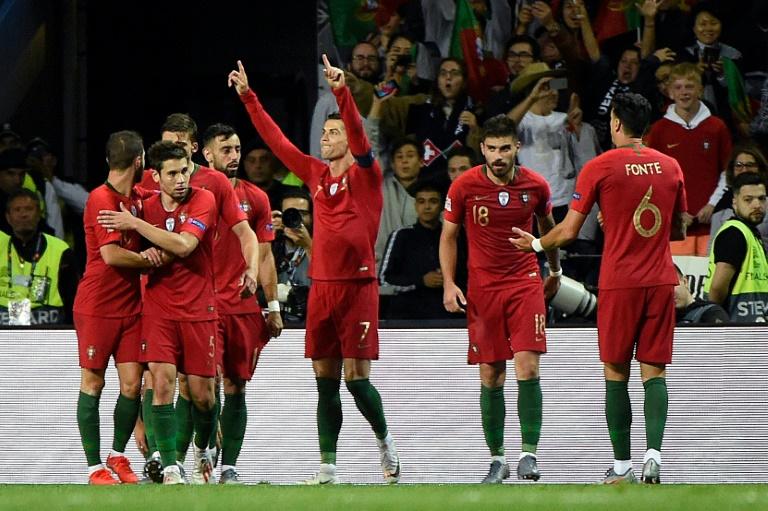 La star du Portugal Cristiano Ronaldo (c) auteur d'un triplé contre la Suisse en demi-finale de la Ligue des Nations, le 5 juin 2019 à Porto