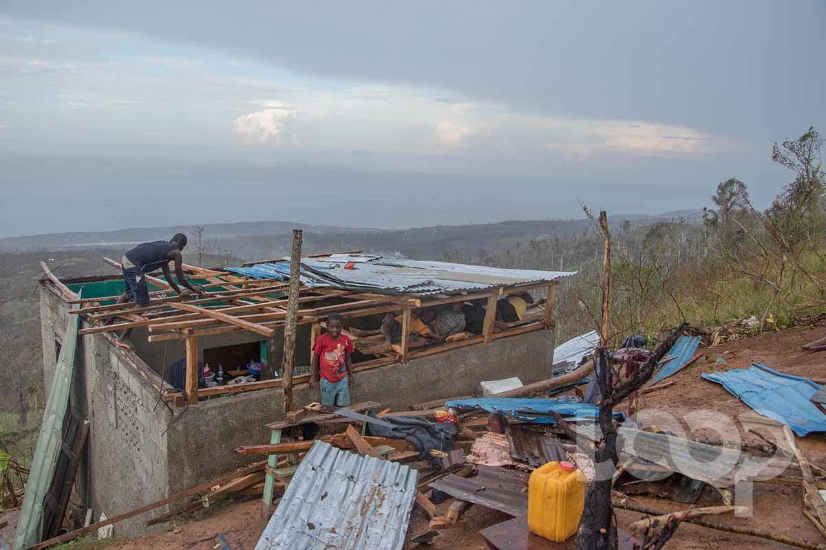 Un riverain recouvrant son toit après le passage de Matthew. Crédit photo: Vladjimir Legagneur/ Loop Haiti