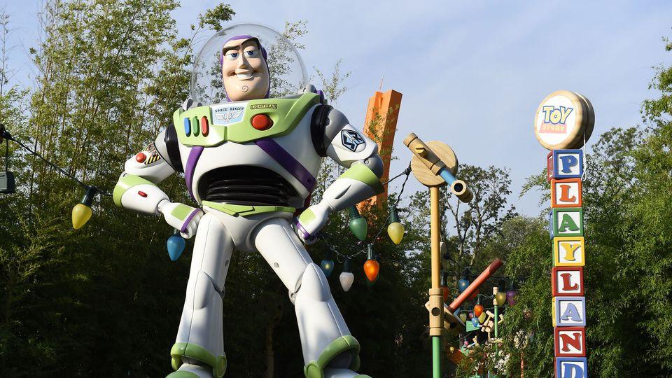 """Le personnage Buzz L'Eclair de la saga des """"Toy Story"""" à Disneyland, le 13 août 2015 à Marne-la-Vallée, près de Paris afp.com/BERTRAND GUAY"""