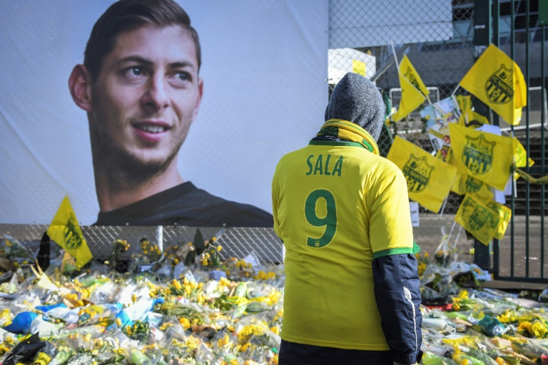 Des supporters du FC Nantes rendent hommage à l'Argentin disparu en mer Emiliano Sala dont un poster géant a été déployé à l'extérieur du stade de la Beaujoire, le 10 février 2019 à Nantes