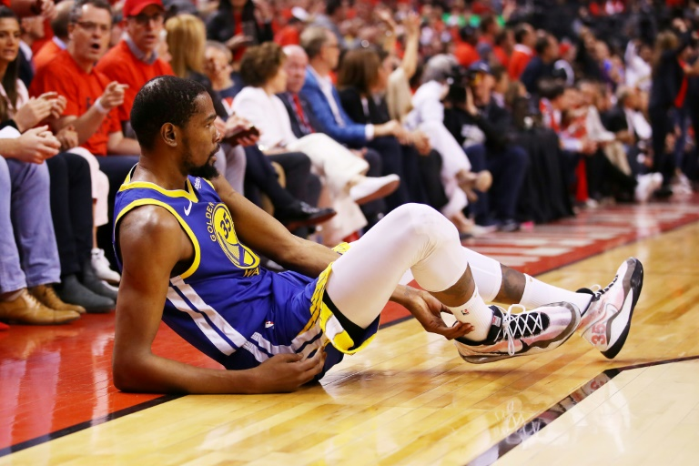 Kevin Durant des Golden State Warriors blessé durant le match 5 de la finale NBA face aux Raptors, à Toronto, le 10 juin 2019. GETTY IMAGES NORTH AMERICA/AFP/Archives / Gregory Shamus