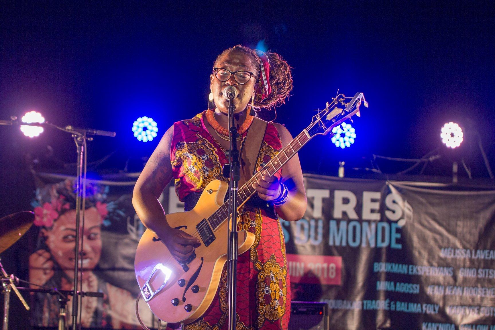 Melissa Laveaux, chanteuse canadienne originaire d'Haiti, sur la scène de l'Institut Français en juin 2018 dans le cadre de la 4e édition des Rencontres des musiques du monde./Photo: Celony Fabrice Therry.