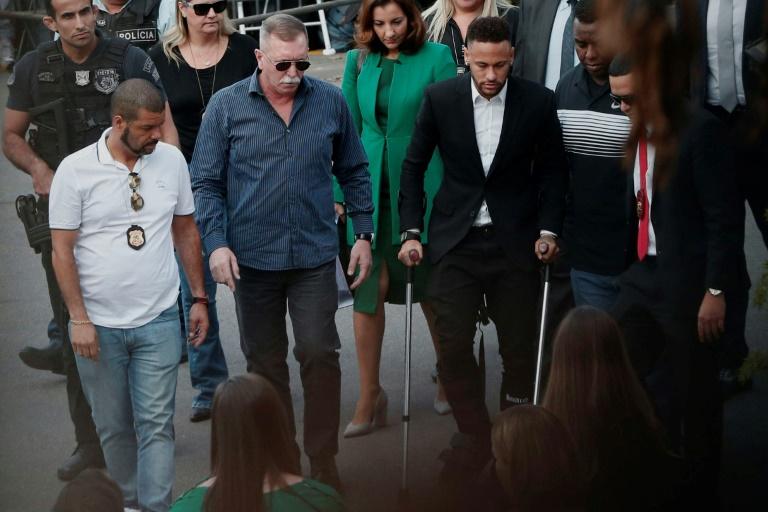 Le footballeur brésilien Neymar arrive avec des béquilles dans un commissariat de Sao Paulo, le 13 juin 2019