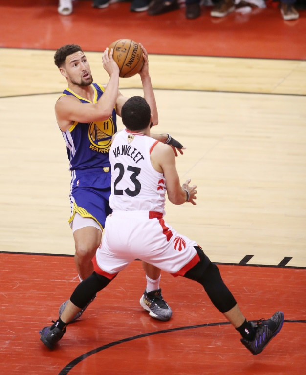 Klay Thompson (Golden State Warriors) face à Fred VanVleet (Toronto Raptors) pendant le match 5 de la finale NBA remportée par Golden State (106-105) le 10 juin 2019 à Toronto (Canada).
