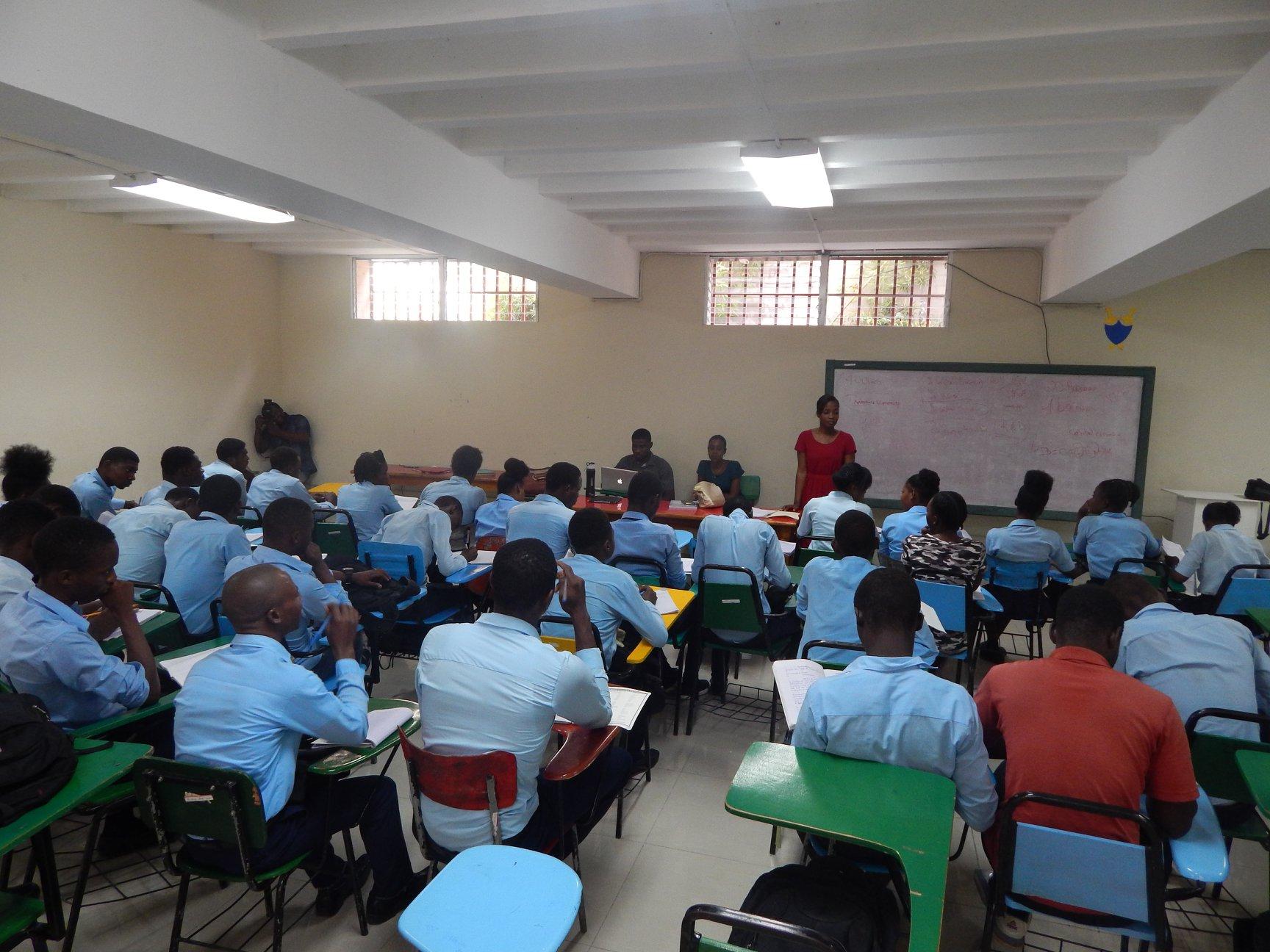 Un groupe d'élèves du Lycée de La Saline dans une salle de cours à l'UniQ./Photo: Compte Facebook de l'UniQ