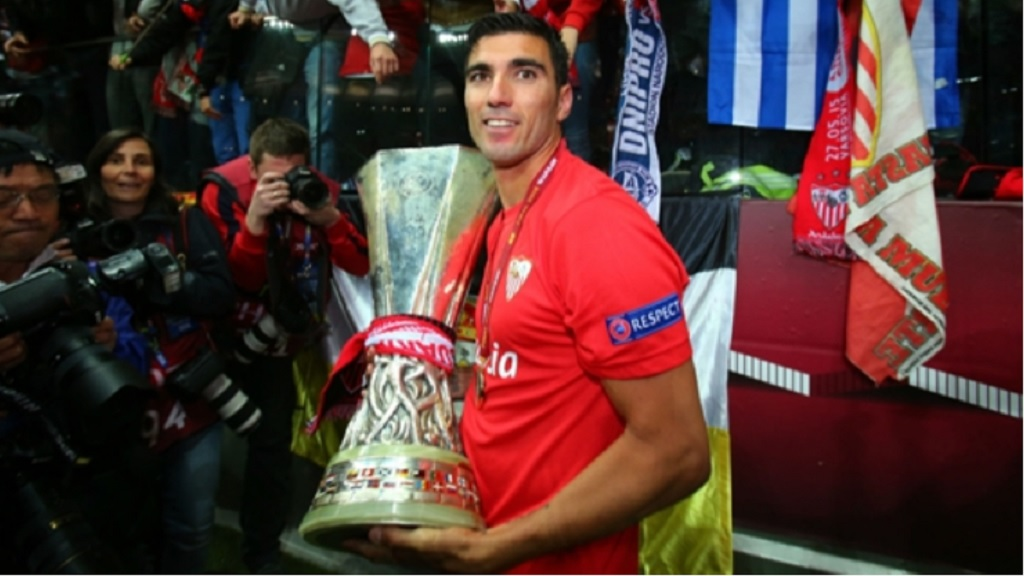 Jose Antonio Reyes with the Europa League trophy.