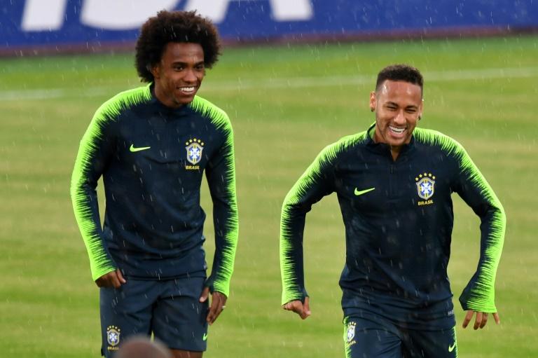 Les Brésiliens Neymar (d) et Willian en séance d'entraînement à Kazan le 5 juillet 2018
