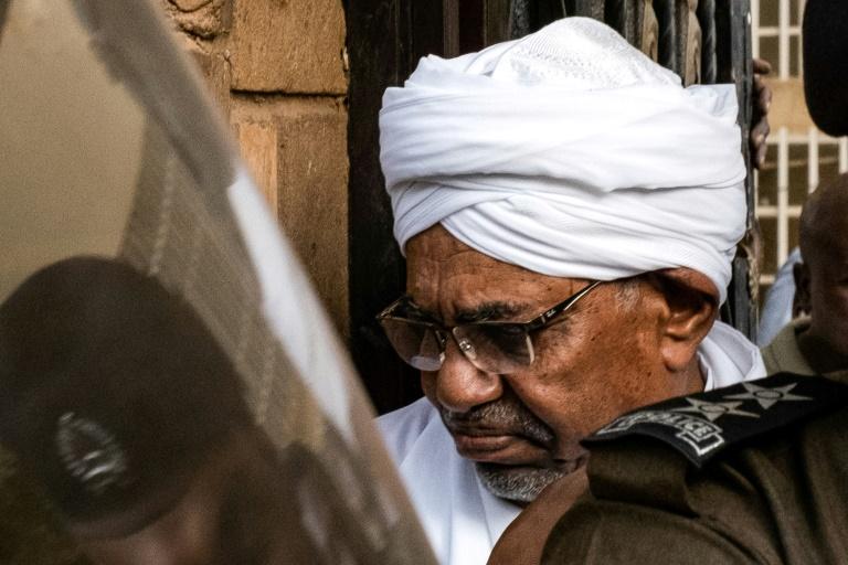 L'ex-président soudanais Omar el-Béchir, destitué le 11 avril par l'armée, photographié à Khartoum après avoir été transféré au parquet, le 16 juin 2019
