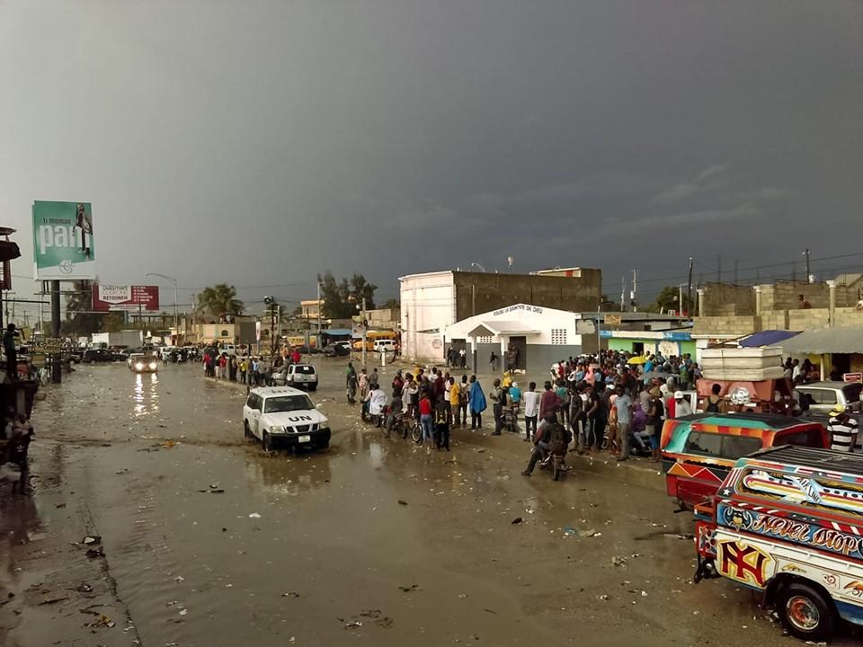 Carrefour Rita, cirulation ralentie ou bloquée suite aux pluies diluviennes qui se sont abattues, hier mardi, sur plusieurs endroits du pays./Photo: Meem Shoomeatove.