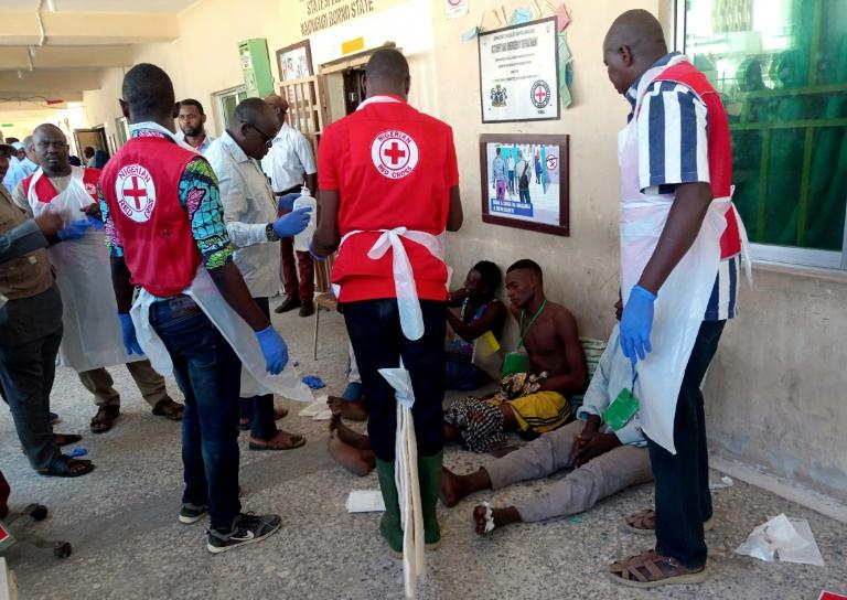 Des membres de la Croix-Rouge apportent des soins aux victimes du triple attentat de Konduga, au Nigeria, le 17 juin 2019