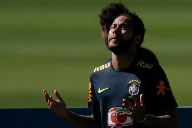 Neymar récite une prière avant un match disputé à Teresópolis, au Brésil, mercredi dernier.  PHOTO AP