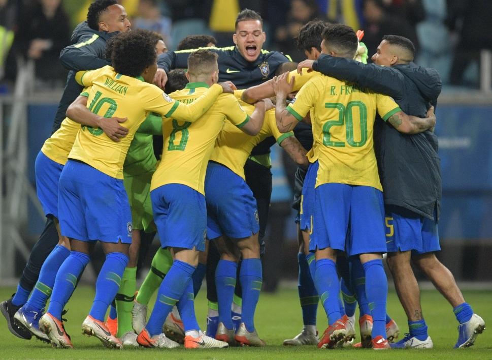 La joie des Brésiliens qualifiés en demi - AFP