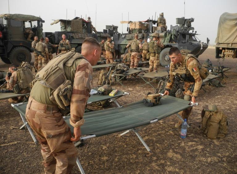 Des soldats français dressent un camp au Mali le 26 mars 2019 sur la route Gossi-Hombori, dans la région de Gourma AFP / Daphné BENOIT