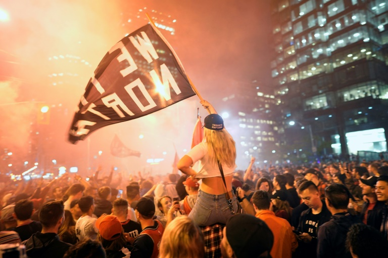 Des milliers de fans des Raptors ont célébré la victoire historique de leur équipe de basket dans la nuit du 13 au 14 juin dans le centre de Toronto.