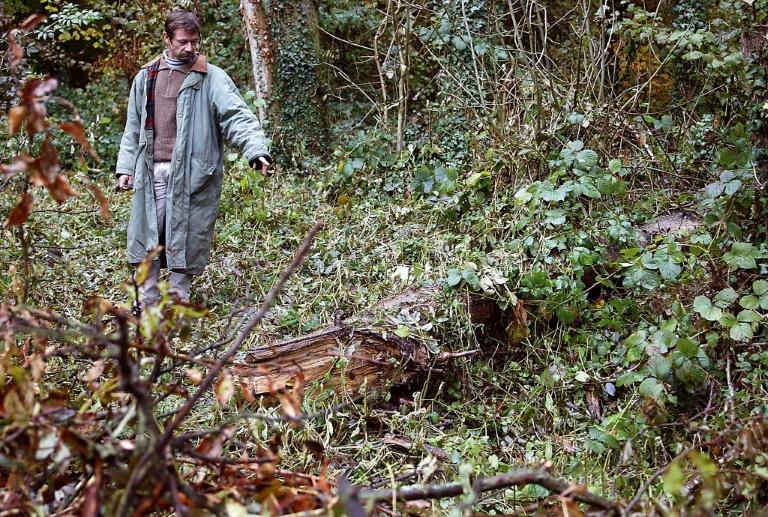 Le 29 octobre 2003, l'agriculteur Philippe Gava montre l'endroit de la découverte des corps de quatre bébés, quelques jours plus tôt, dans la forêt de Galfingue (Haut-Rhin)