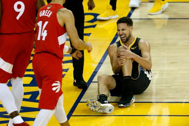 L'ailier de Golden State, Klay Thompson, victime d'une rupture du ligament croisé antérieur du genou gauche lors du match N.6 de la finale NBA, à Okland, le 13 juin 2019
