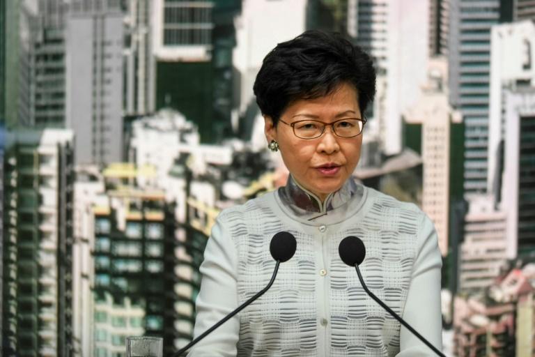 La dirigeante de l'exécutif pro-Pekin de Hong Kong Carrie Lam annonce la suspension du projet de loi prévoyant les extraditions vers la Chine lors d'une conférence de presse le 15 juin 2019