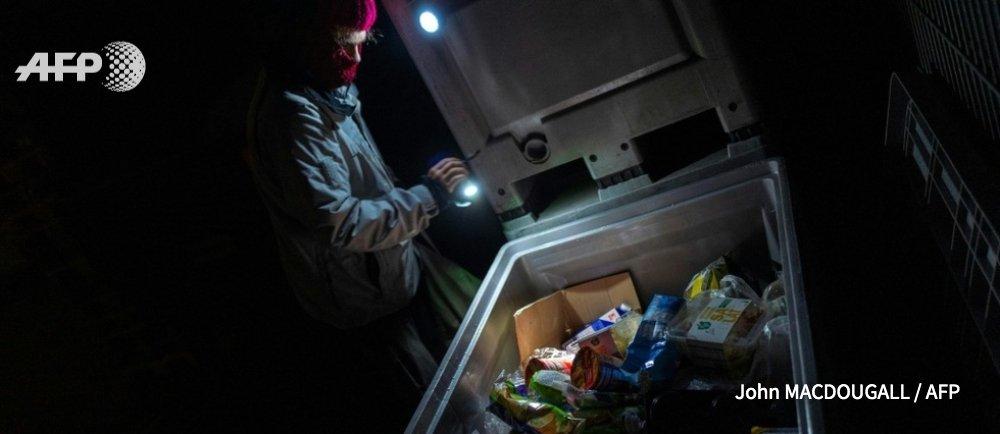 Cambrioler les poubelles de supermarchés contre le gaspillage alimentaire © AFP / John MACDOUGALL