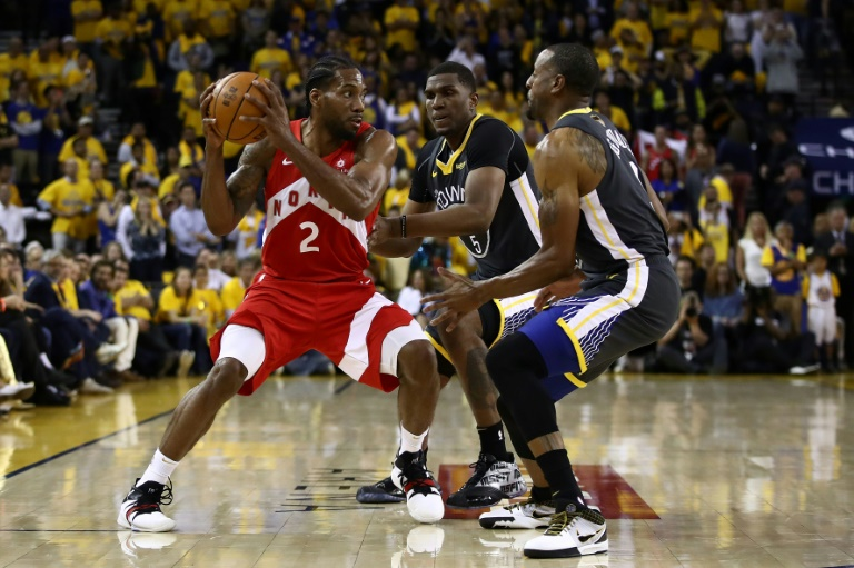 Kawhi Leonard (g), des Toronto Raptors, face aux Warriors, le 7 juin 2019 à Oakland. GETTY IMAGES NORTH AMERICA/AFP / EZRA SHAW