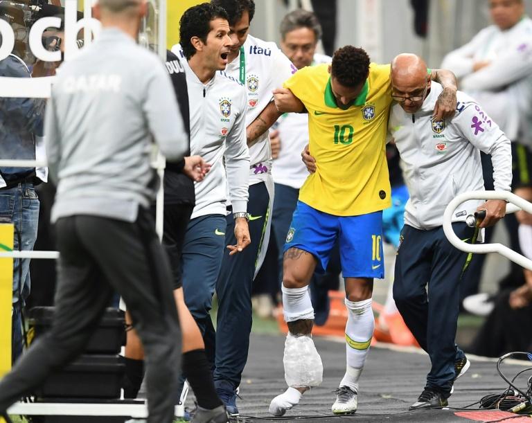 L'attaquant brésilien Neymar quitte le terrain après s'être blessé à une cheville lors du match amical Brésil-Qatar, le 5 juin 2019 à Brasilia