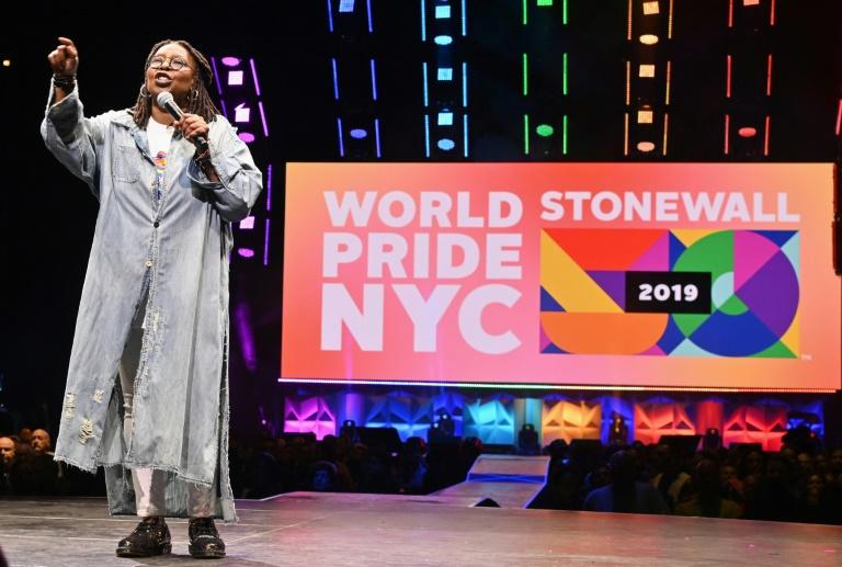 L'actrice Whoopi Goldberg anime le concert de bienfaisance qui ouvre la Gay Pride à New York, le 26 juin 2019