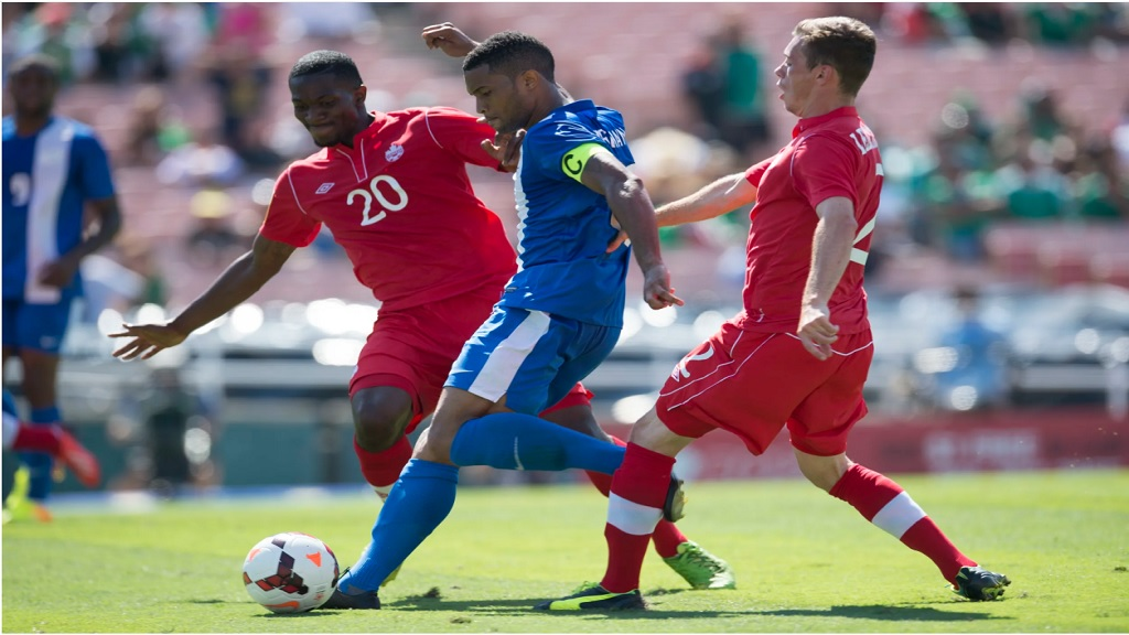 Martinique´s Kevin Parsemain seek to shoot against canadian Doneil Henry and Nick Ledgerwood in a match of the Group A of the Concacaf Gold Cup on July 7, 2013, at the Rose Bowl in Pasadena, California, USA.