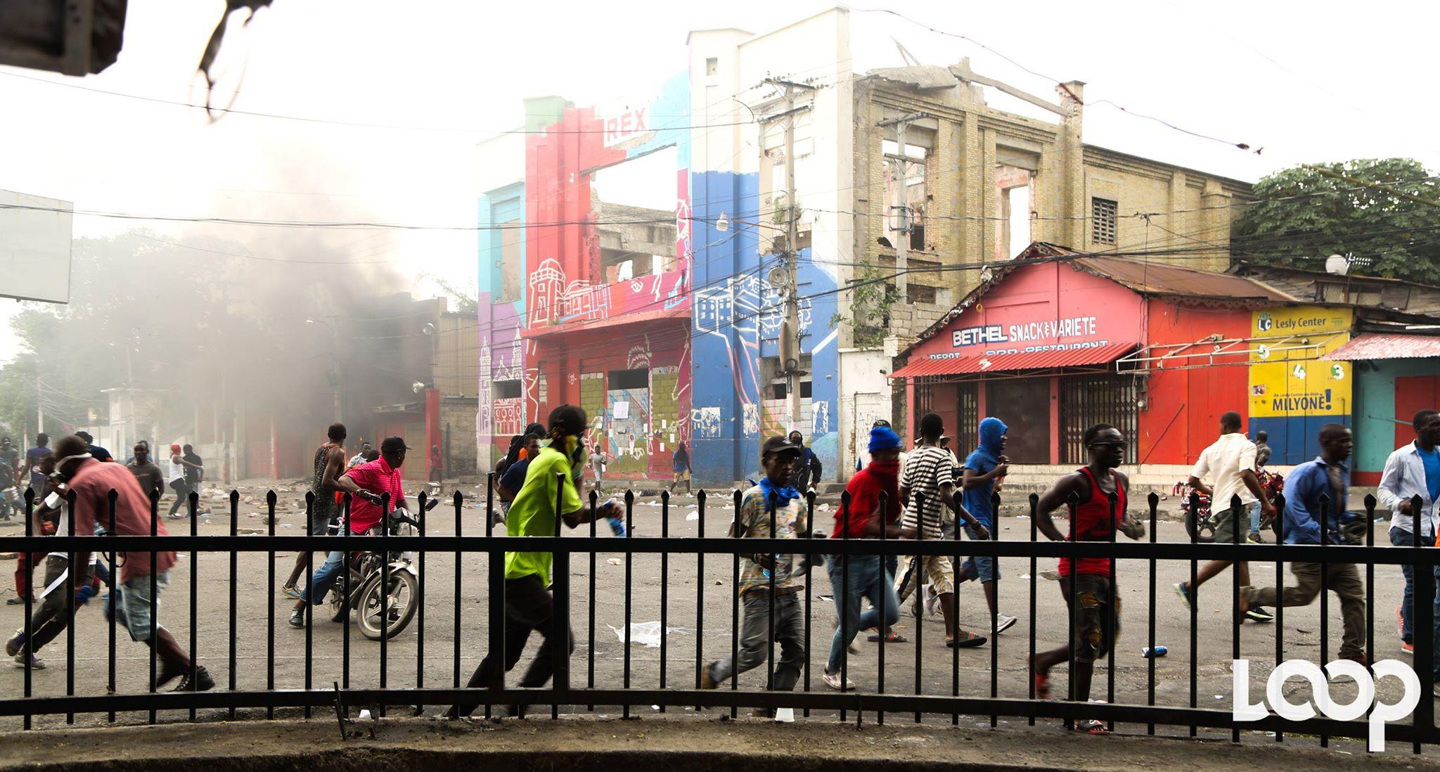 Les manifestants au niveau de Rex Théâtre. Photo : Luckenson Jean