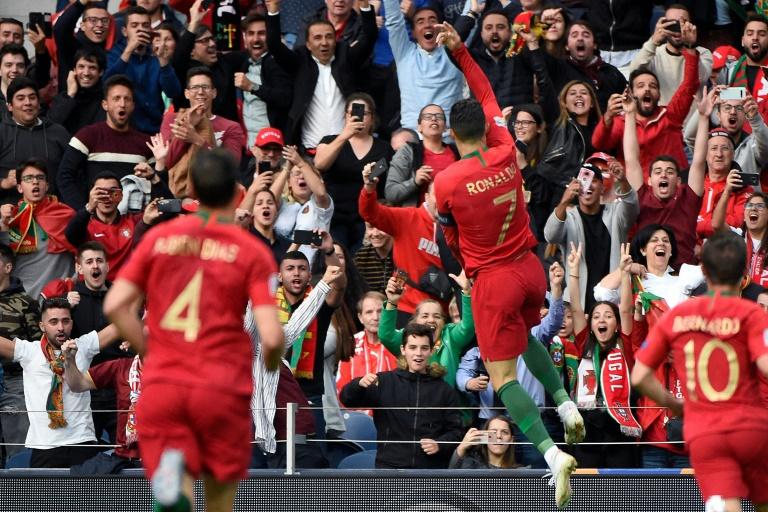 L'attaquant du Portugal, Cristiano Ronaldo, célèbre son but devant ses supporters lors de la demi-finale de la Ligue des Nations face aux Suisse, à Porto, le 5 juin 2019