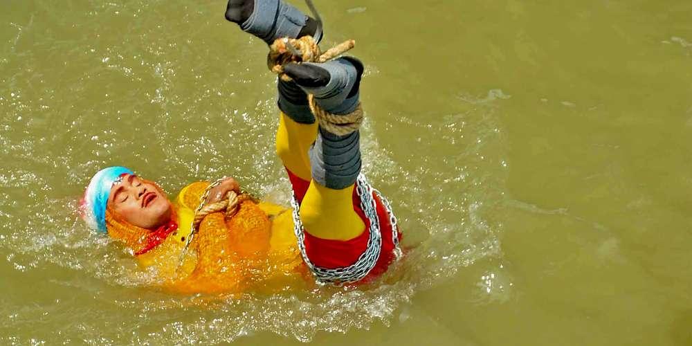 Le magicien Chanchal Lahiri, juste avant son immersion dans le Gange et sa mort, le 16 juin 2019. STR AFP