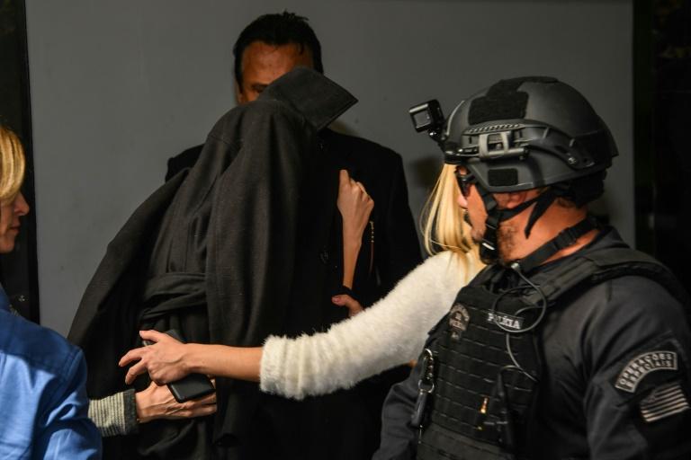 La Brésilienne Najila Trinidade, qui a accusé Neymar de viol, arrive le visage caché par une veste dans un commissariat de Sao Paulo, le 7 juin 2019