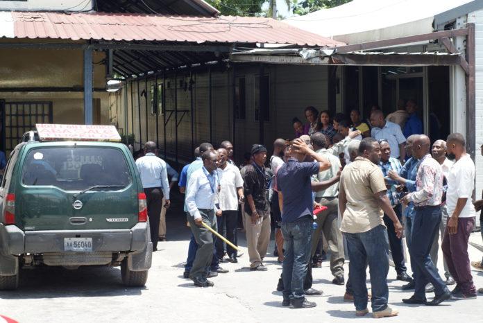 Les employés grévistes de la Direction Générale des Impôts sur la cour de l'institution située à l'avenue Christophe./Photo: Source-Haiti Liberté.
