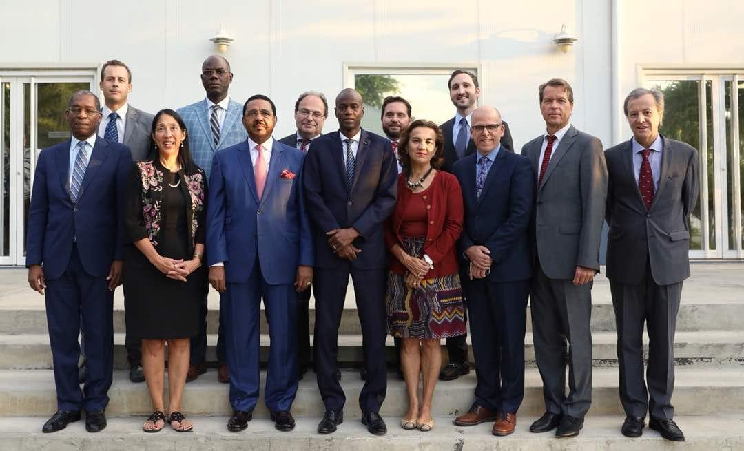 Photo: le Core Group (composé de la Représentante spéciale du Secrétaire général des Nations Unies, des Ambassadeurs d'Allemagne, du Brésil, du Canada, d'Espagne, des États-Unis d'Amérique, de France, de l'Union Européenne et du Représentant spécial de l'Organisation des États Américains)