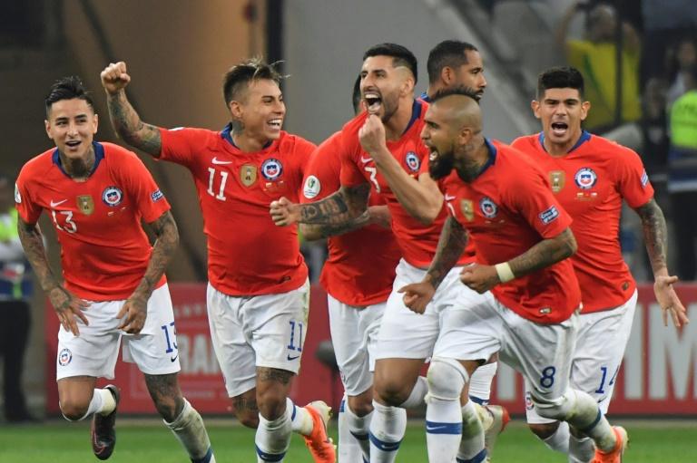 Les Chiliens célèbrent leur victoire après le dernire tir au but, en quart de finale de la Copa América contre la Colombie, le 28 juin 2019 à Sao Paulo.