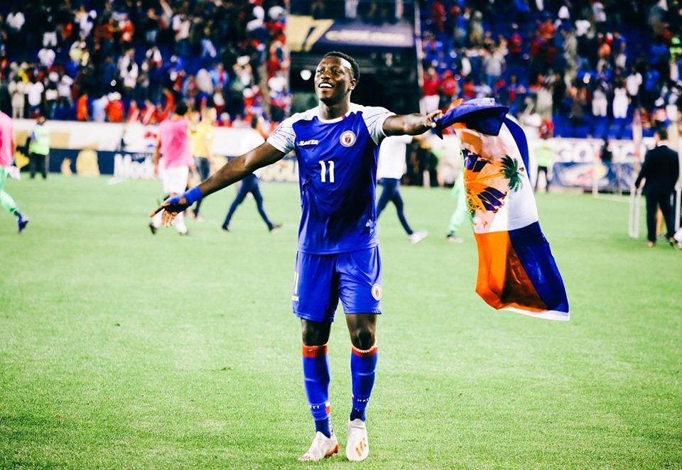 L'international haïtien célébrant la victoire des grenadiers aux dépends des Ticos, lundi soir. Photo : Page Facebook de Derrick Etienne