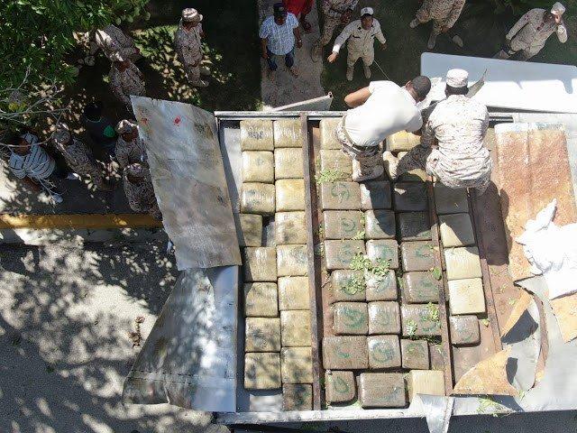 Cachés dans un gros camion de marque Isuzu, 51 paquets de marijuana ont été saisis au poste frontalier d'Elias Pinas par les autorités dominicaines./Photo: Cesfront-Twitter