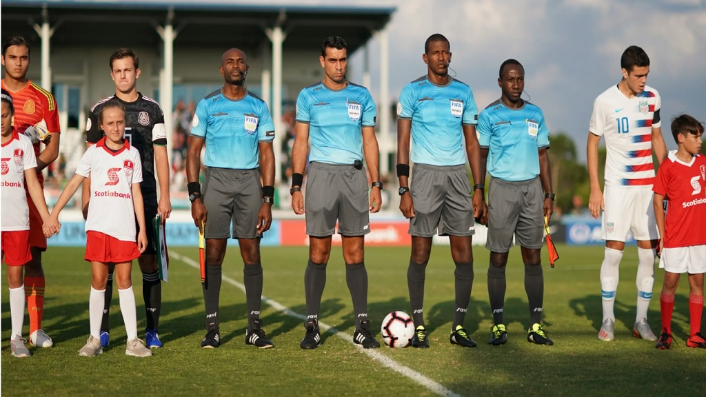 Jamaica´s Daneon Parchment (center) was the referee in the final match of the Concacaf Under 20 Championship between Mexico and Canada on May 16, 2019 at the IMG Academy in Bradenton, Florida, United States.