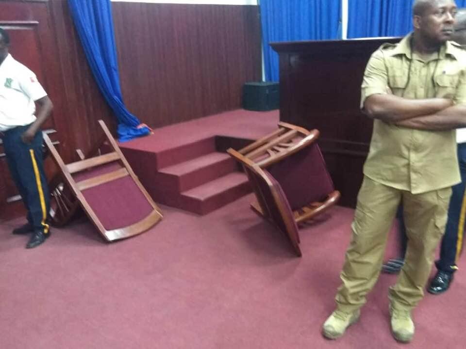 Le député de FanmiLavalas, Printemps Bélizaire, a perturbéce mercredi 26 juin, une séance en Assemblée nationale quelques minutes avant sa tenue, a appris la rédaction de Loop Haïti.