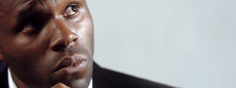 Le militant controversé de la cause noire Kémi Séba donne une conférence de presse à Paris, le 9 septembre 2006. (JEAN AYISSI / AFP)