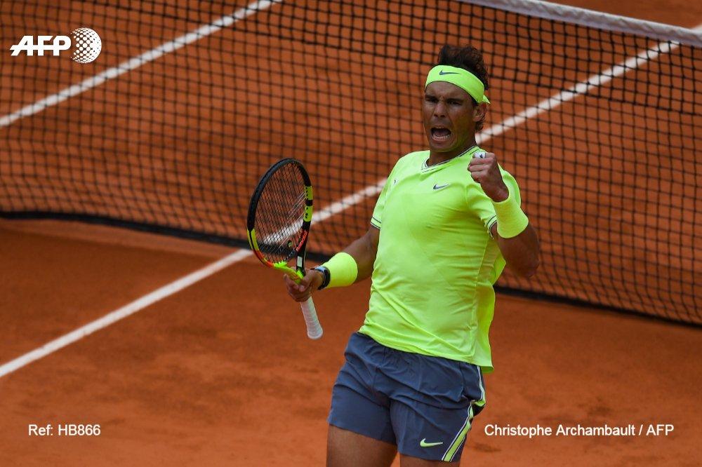 La joie de l'Espagnol Rafael Nadal après sa victoire face au Suisse Roger Federer en demi-finales de Roland-Garros, le 7 juin 2019
