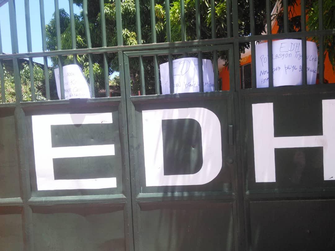 Petit-Goâve: des habitants exigeant de l'électricité verrouillent la barrière du bureau de l'EDH