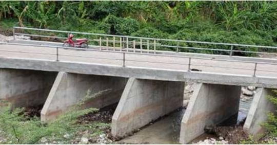 Photo du pont construit avec les contributions de la population de la Ravine-à-couleuvre, Bayonnais, 3e section communale des Gonaïves avec 17 millions gourdes. Crédi : Le National