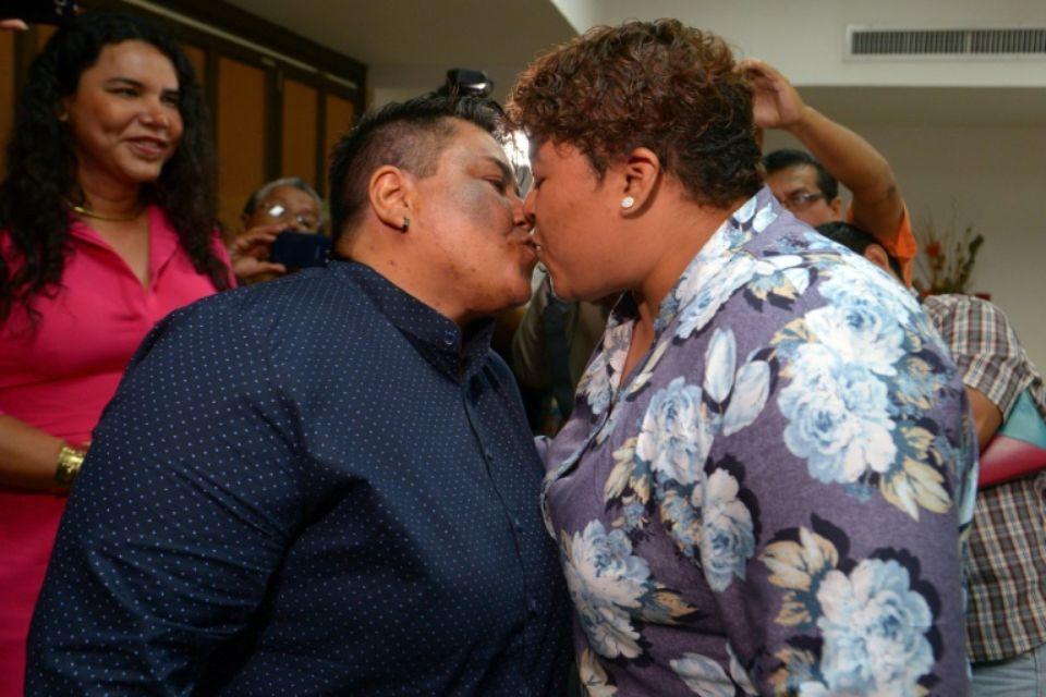 Alexandra Chavez (gauche) et Michelle Aviles célèbrent leur mariage, le premier entre personnes de même sexe d'Equateur, à Guayaquil le 18 juillet 2019 afp.com - Marcos PIN