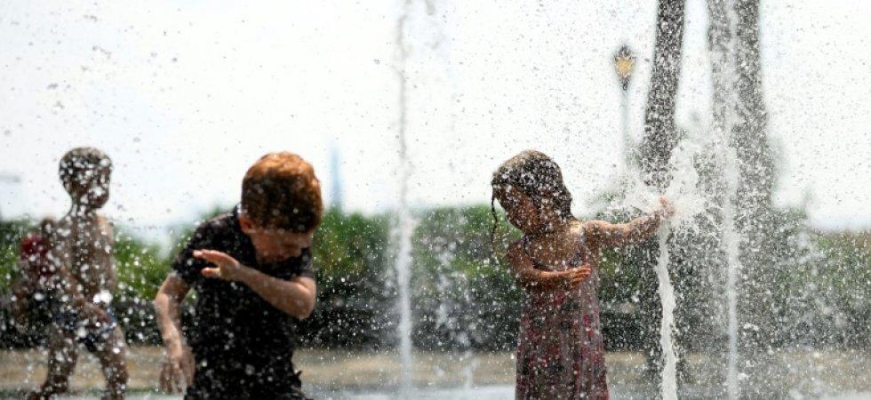 Des enfants jouent dans une fontaine publique à New York, le 19 juillet 2019