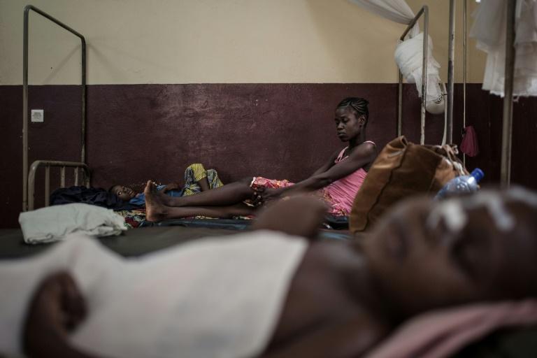 Une mère et son fils séropositifs à l'hôpital de Bangui, en Centrafrique, en décembre 2018