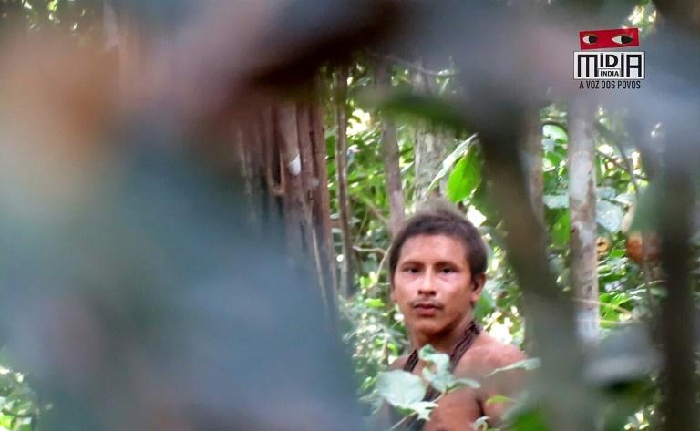 Capture d'écran d'une video tournée en août 2018 par le collectif Midia India montrant un jeune membre d'une tribu isolée dans la forêt amazonienne
