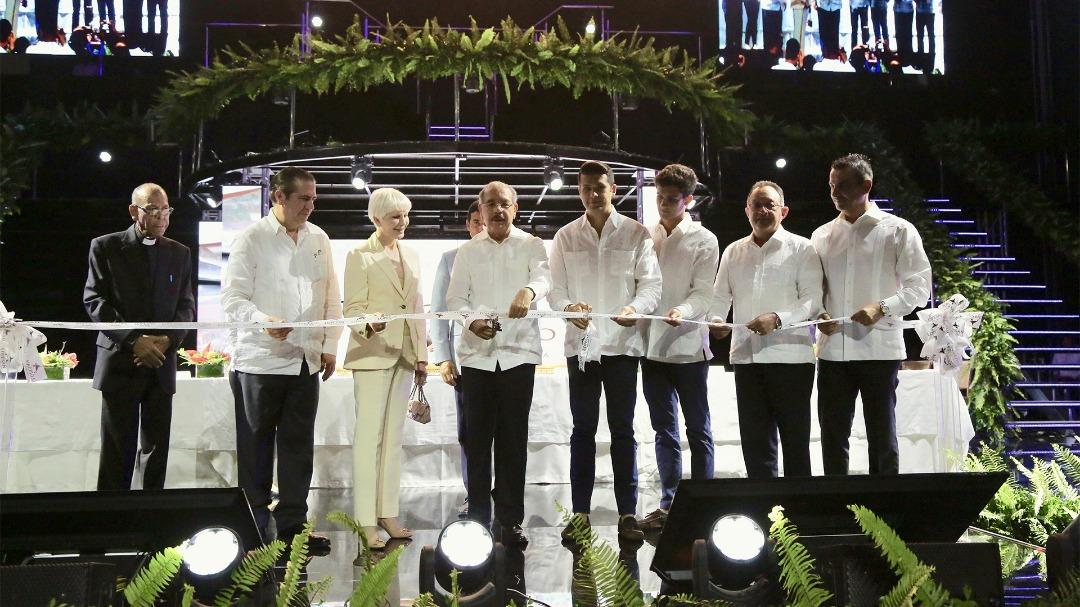 Le président dominicain, Danilo Medina (au milieu), lors de la coupe des rubans à l'inauguration officielle de l'hôtel en présence des investisseurs et d'officiels du pays dont le ministre du Tourisme./Photo: Ministère du Tourisme-Facebook